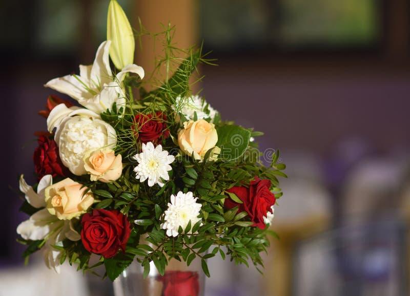 Huwelijksbloemen bij de lijst worden gekleurd die stock afbeeldingen