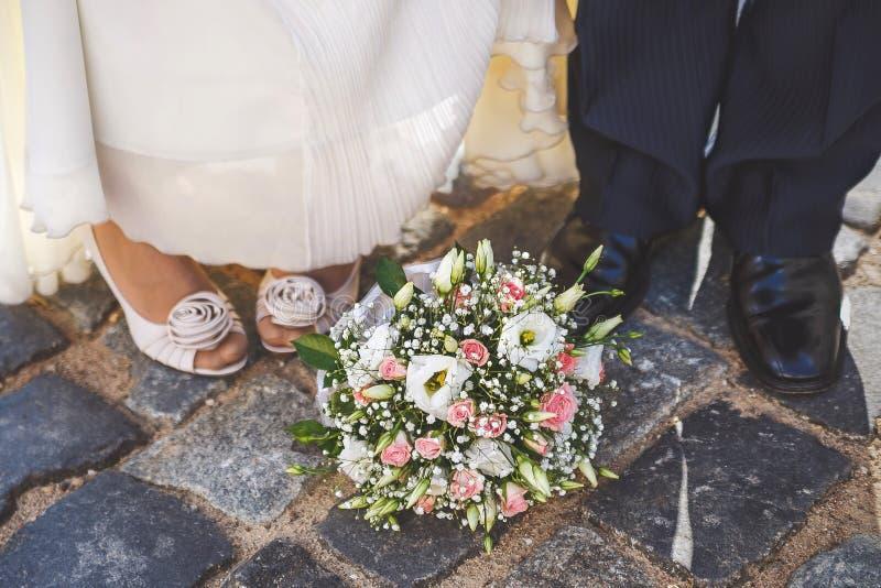 Huwelijksbloemen bij de voeten van stock foto's