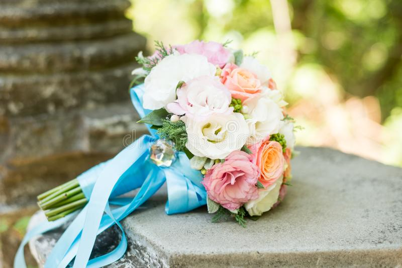 Huwelijksbloemen, bruids boeketclose-up Decoratie van rozen, pioenen en decoratieve installaties, close-up, selectieve nadruk wor royalty-vrije stock afbeeldingen