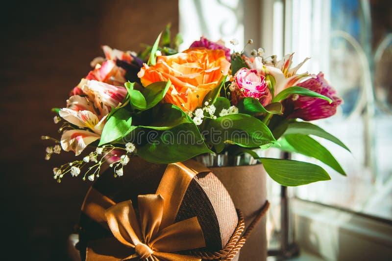 Huwelijksbloemen in de doos stock foto's