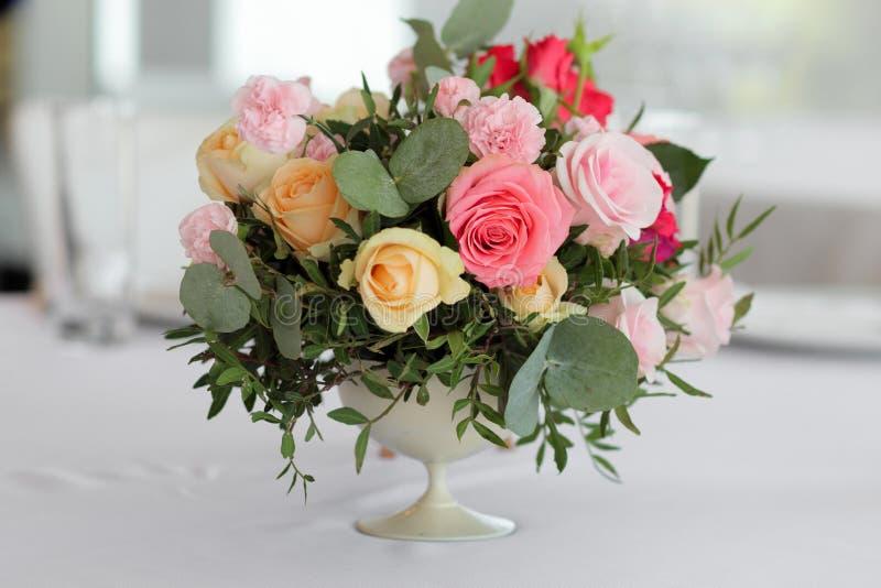 Huwelijksbloemen in een vaas op de lijst, huwelijksdecor stock afbeelding