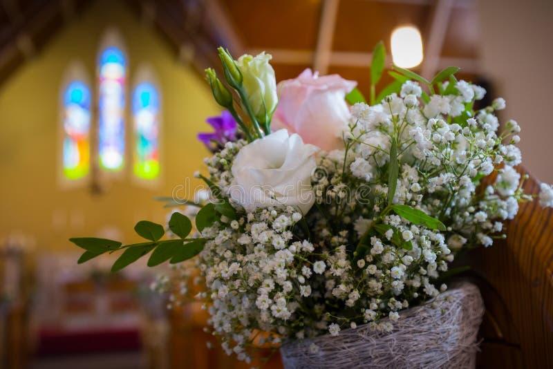 Huwelijksbloemen in Kerk. Sluit omhoog stock fotografie