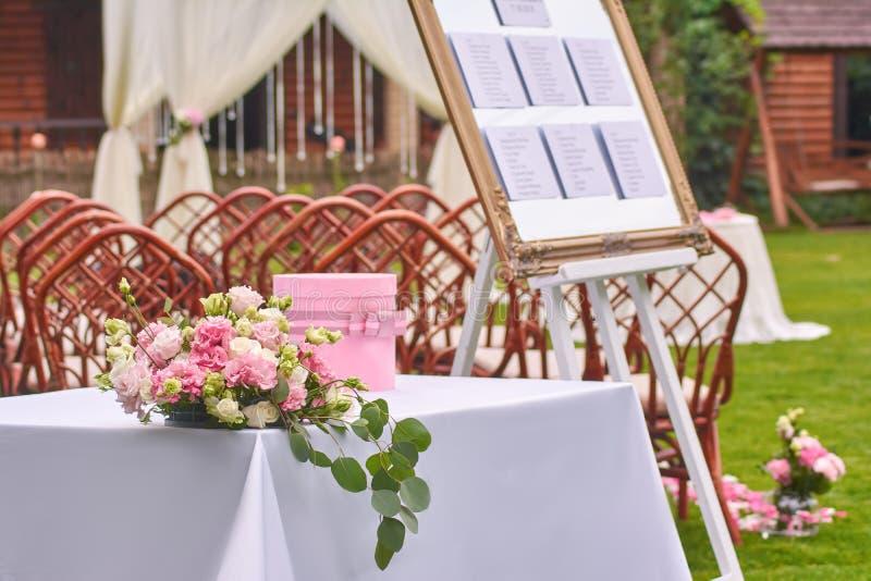 Huwelijksbloemen op een lijst in openlucht stock afbeelding