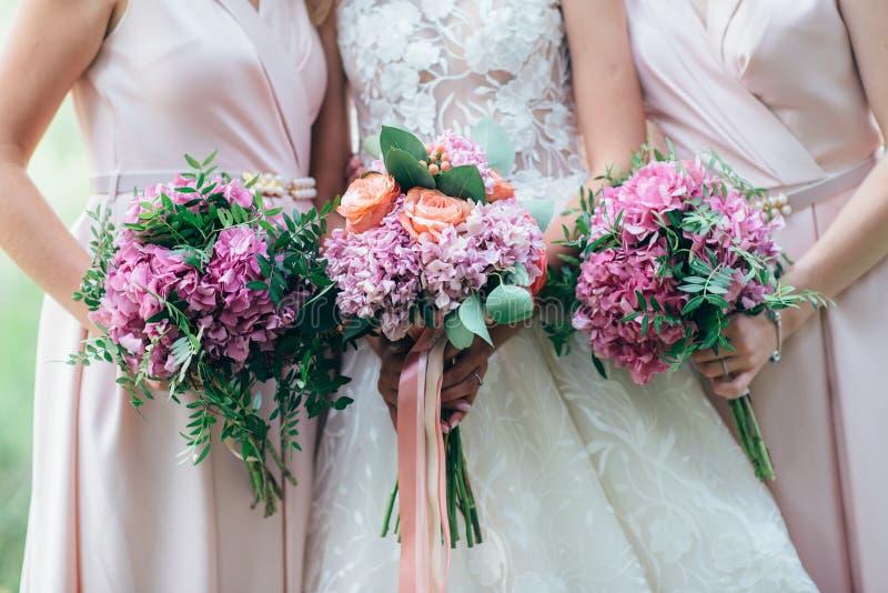 Huwelijksboeket in bruid` s handen stock foto