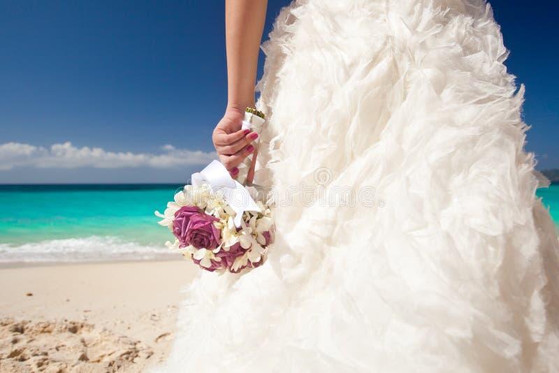 Huwelijksboeket in de hand van de bruid royalty-vrije stock afbeeldingen