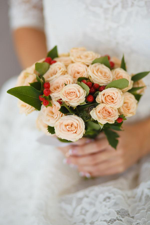 Huwelijksboeket met bleek - roze rozen en bessen stock fotografie