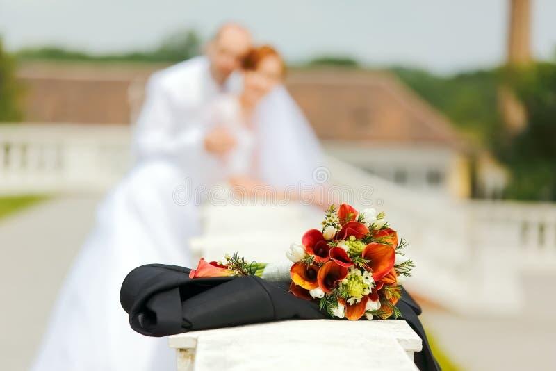 Huwelijksboeket met Bruid en Bruidegom stock foto