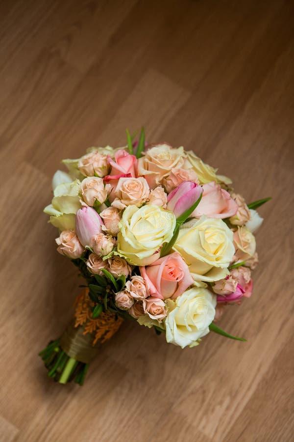 Huwelijksboeket met roze, witte en groene bloemen royalty-vrije stock foto's