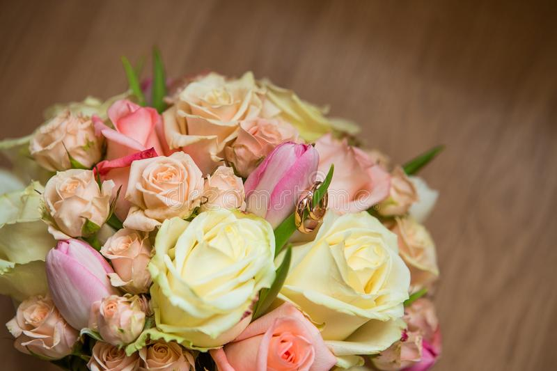 Huwelijksboeket met roze, witte en groene bloemen stock fotografie