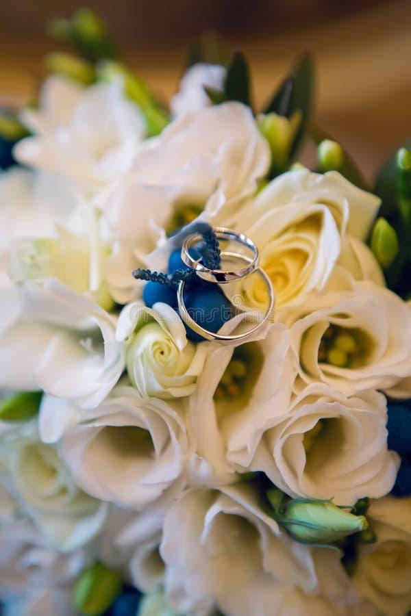 Huwelijksboeket met witte rozen en het liggen stock afbeeldingen