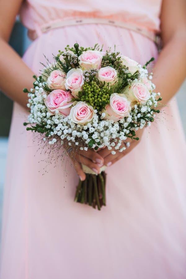Huwelijksboeket van bloemen in bruiden` handen royalty-vrije stock foto's
