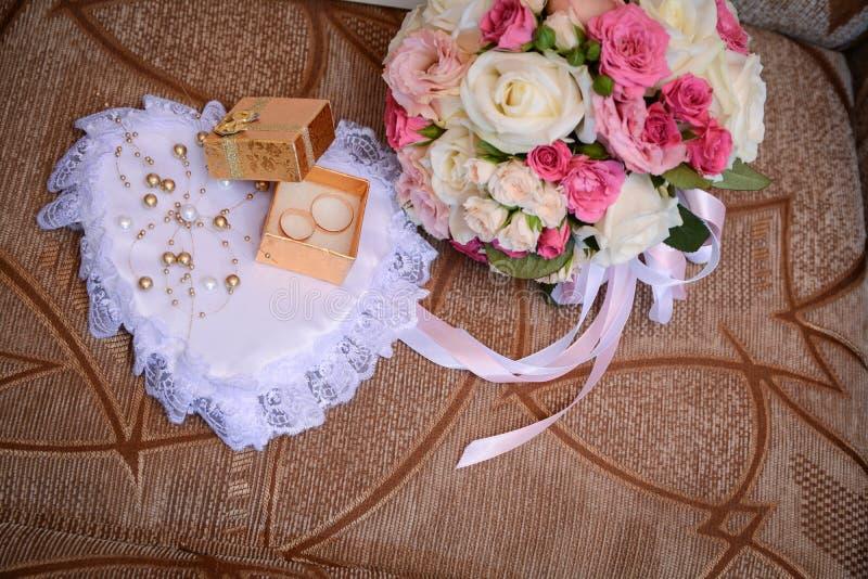 Huwelijksboeket van bloemen, symbolisch van liefde en Romaans huwelijksthema, stock afbeeldingen