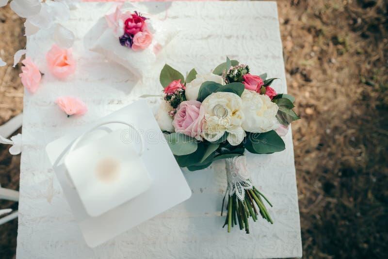 Huwelijksboeket van de bruid Huwelijksdecor in het hout royalty-vrije stock afbeelding