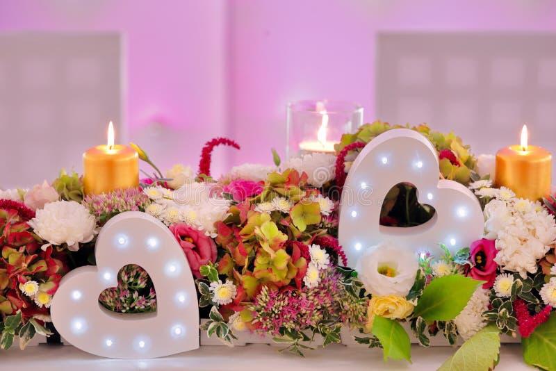 Huwelijksboeket van mengelingsbloemen bij de partij of huwelijksontvangst stock foto