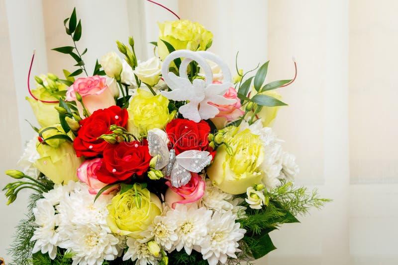 Huwelijksboeket van multicolored rozen en kamille Bloemen voor stock fotografie