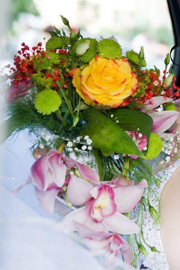 Huwelijksboeket van orchideeën en rozen stock afbeelding
