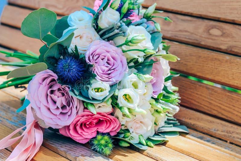 Huwelijksboeket van purpere en beige rozen en sneeuwwitte lisianthus Close-up royalty-vrije stock afbeelding
