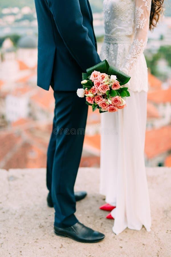 Huwelijksboeket van roze rozen in bruid` s handen Huwelijk in Monte royalty-vrije stock fotografie