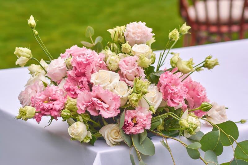 Huwelijksboeketten op een witte lijst, bij de ceremonie royalty-vrije stock fotografie