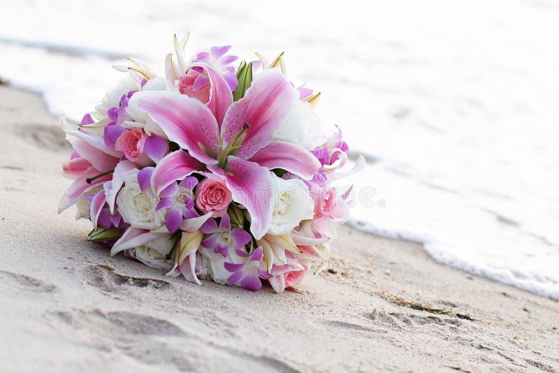 Huwelijksboeketten op het zand royalty-vrije stock afbeeldingen