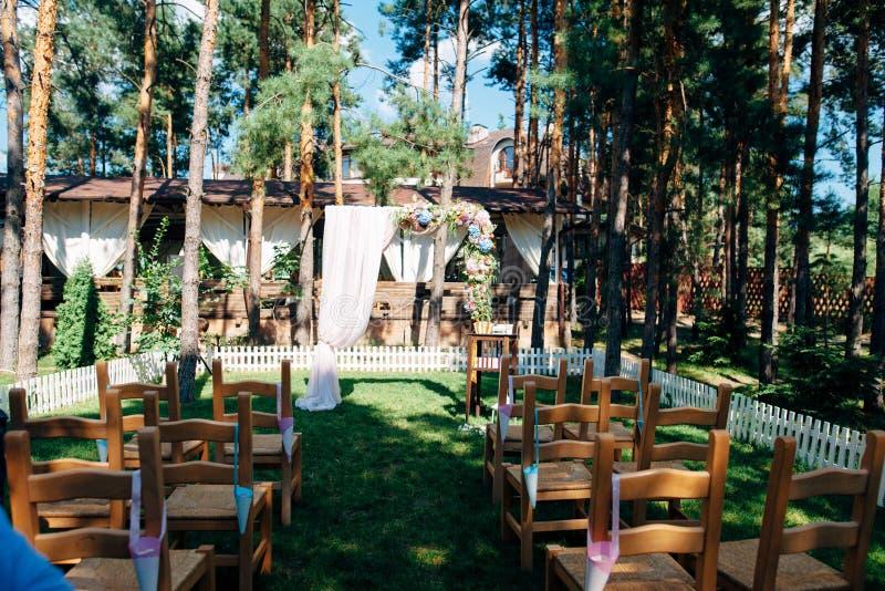 Huwelijksboog met bloemen in het bos wordt verfraaid dat stock foto's