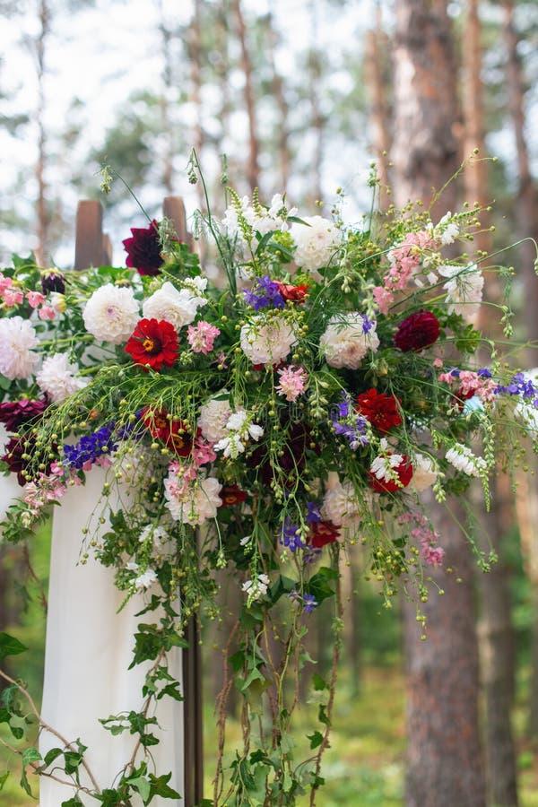 Huwelijksboog met bloemen in openlucht wordt verfraaid die Mooie huwelijksopstelling royalty-vrije stock fotografie
