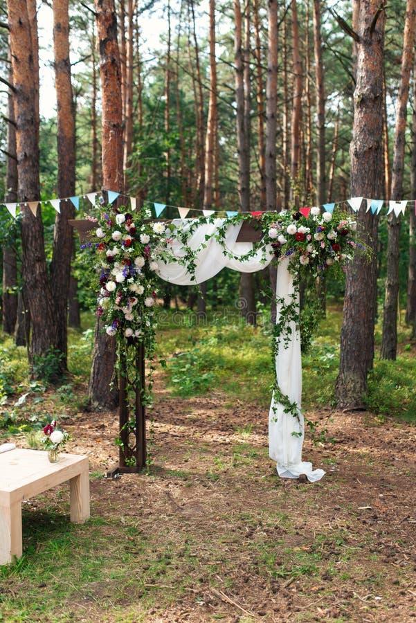 Huwelijksboog met bloemen in openlucht wordt verfraaid die Mooie huwelijksopstelling royalty-vrije stock afbeeldingen