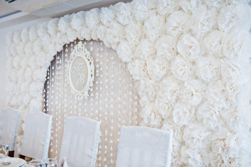 Huwelijksboog van wit decorbloemen en kader met afkorting royalty-vrije stock afbeelding