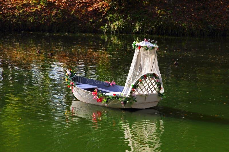 Huwelijksboot op een meer royalty-vrije stock foto's