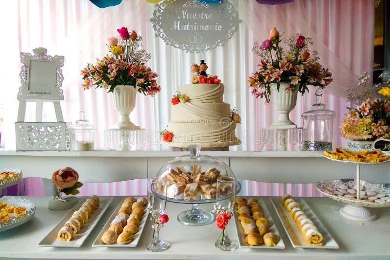 huwelijksbuffet met snacks en bloem royalty-vrije stock foto