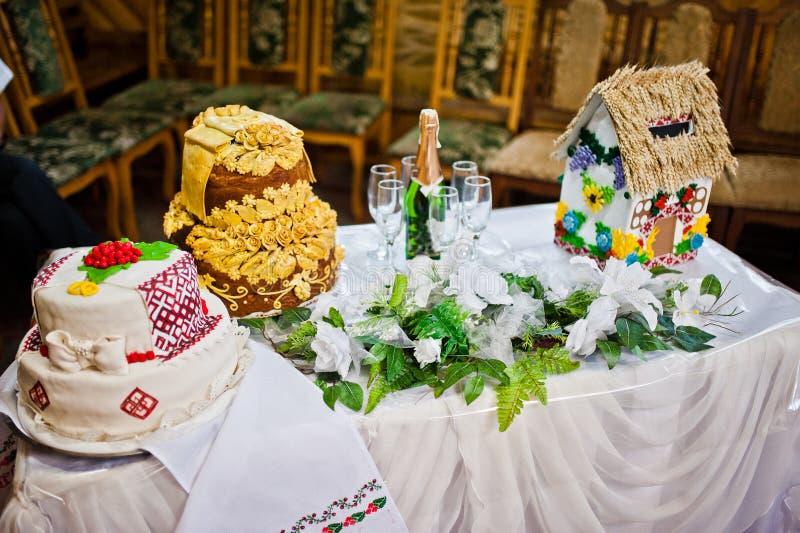 Huwelijkscake en champagne royalty-vrije stock fotografie