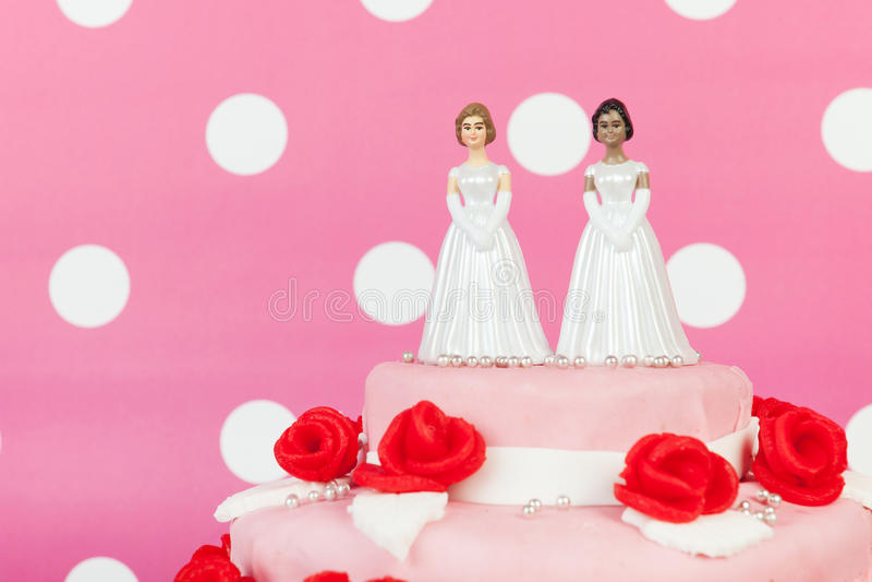 Huwelijkscake met lesbisch paar stock afbeelding