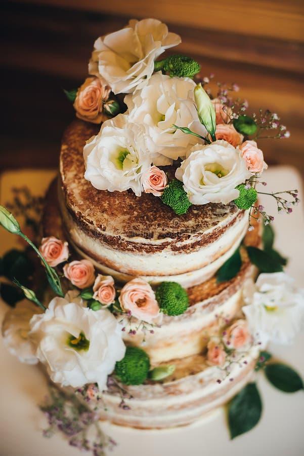 Huwelijkscake met rozenslagroom royalty-vrije stock foto's