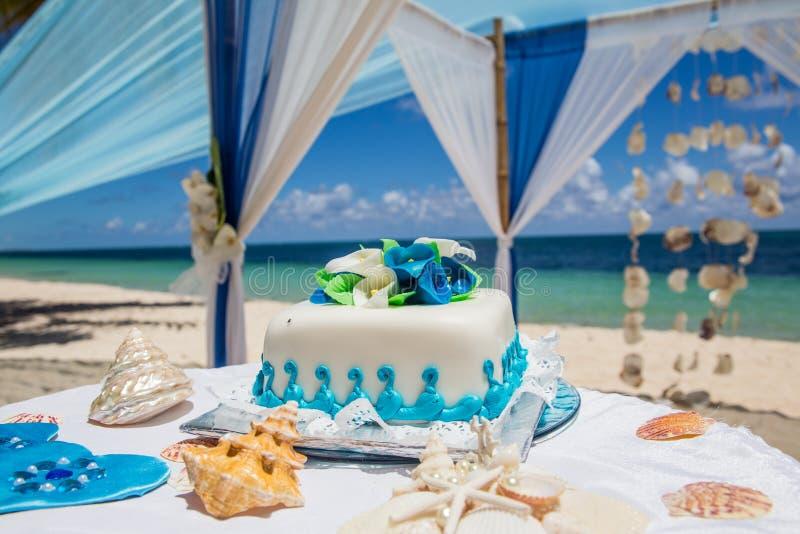 Huwelijkscake voor de ceremonie van het strandhuwelijk royalty-vrije stock fotografie