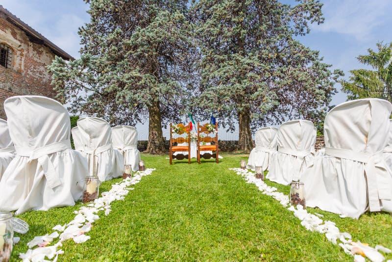 Huwelijksceremonie in de tuin royalty-vrije stock afbeelding