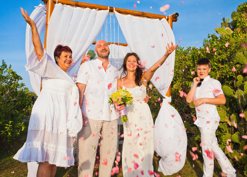 Huwelijksceremonie van rijp paar en hun familie stock foto's