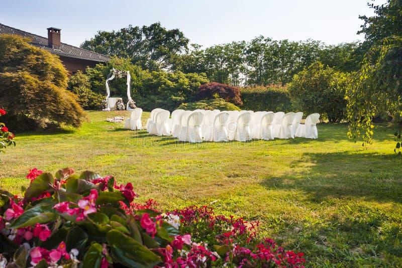 Huwelijksceremonie in zonnige tuin. royalty-vrije stock afbeeldingen