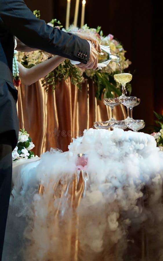Huwelijkschampagne en rook stock foto's