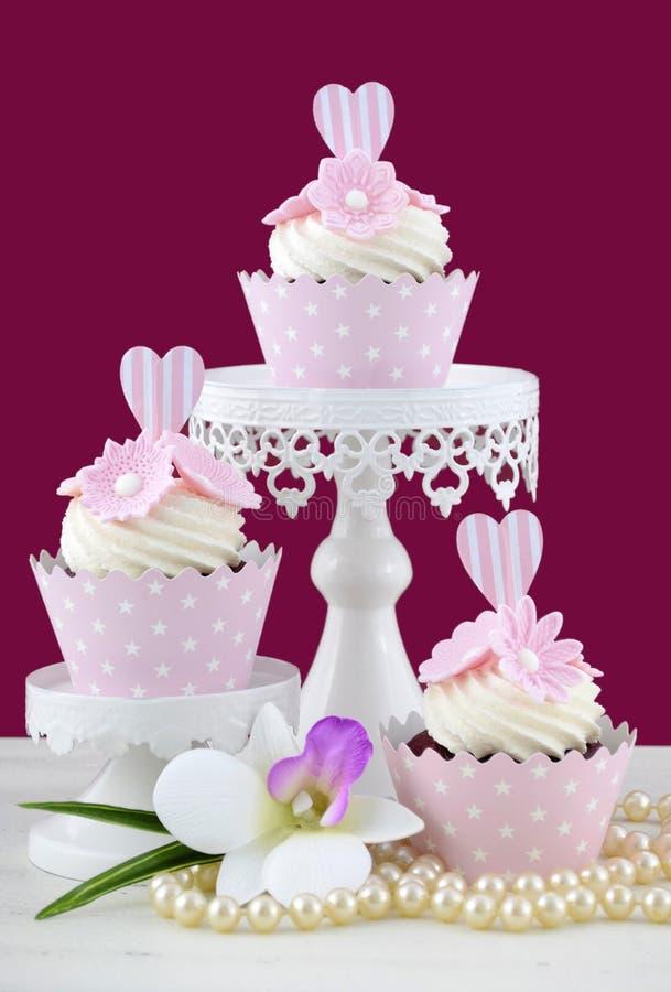 Huwelijksconcept cupcakes op marsalaachtergrond royalty-vrije stock afbeelding