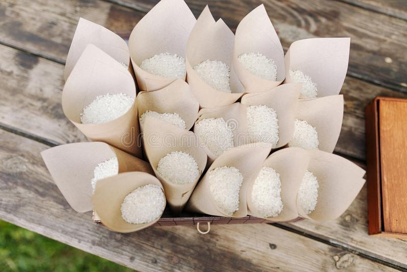 Huwelijksconfettien met rijst in document kegels De ceremonie van het huwelijk het traditionele werpen van rijst over gehuwd royalty-vrije stock afbeeldingen
