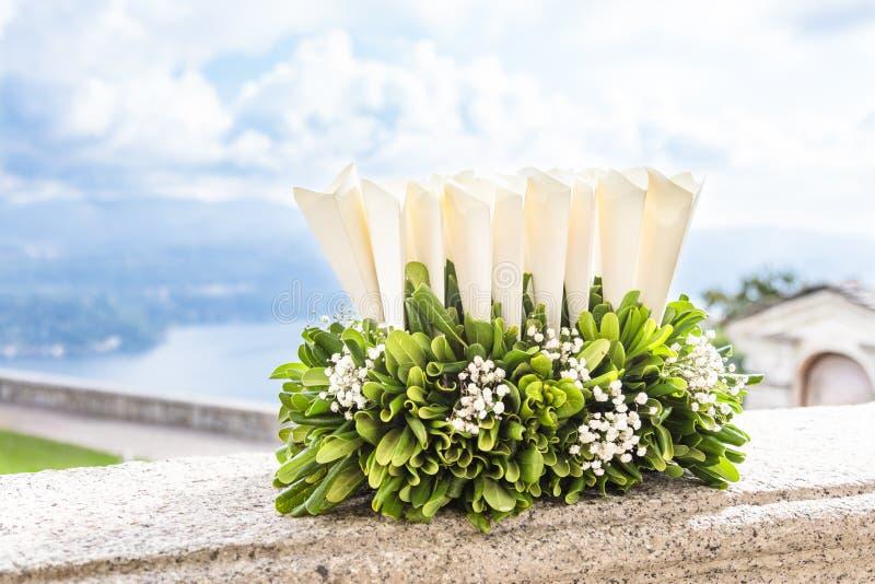 Huwelijksconfettien voor huwelijksceremonie stock foto's