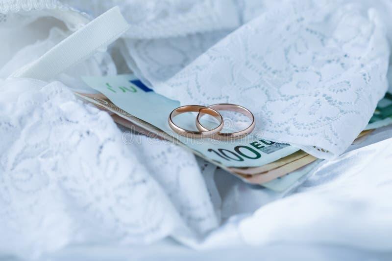 Huwelijkscontract op bruidkant royalty-vrije stock afbeeldingen