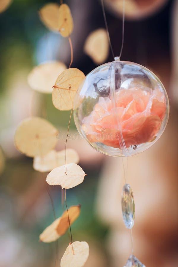 Huwelijksdecor met rozen en fles met bloemen royalty-vrije stock foto's