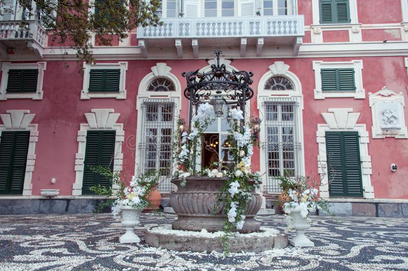 Huwelijksdecor met witte orchideeën bij een Italiaanse villa royalty-vrije stock afbeelding