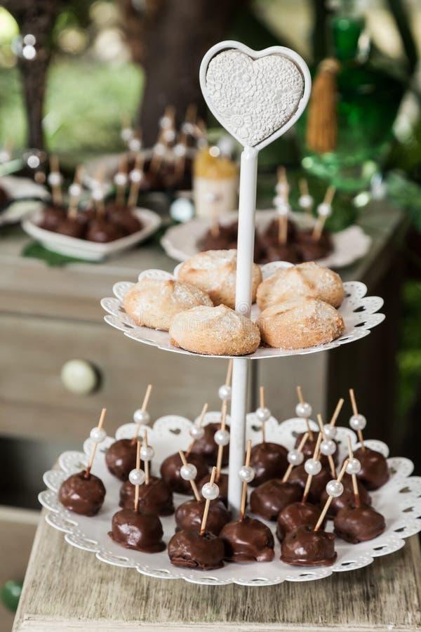 Huwelijksdecoratie, individuele presentatie van snoepjes en desserts royalty-vrije stock fotografie