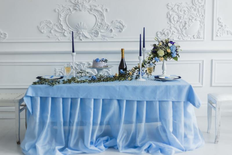 Huwelijksdecoratie met kaarsen, cake en mooie bloemen stock afbeeldingen