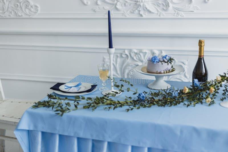 Huwelijksdecoratie met kaarsen, cake en mooie bloemen stock fotografie