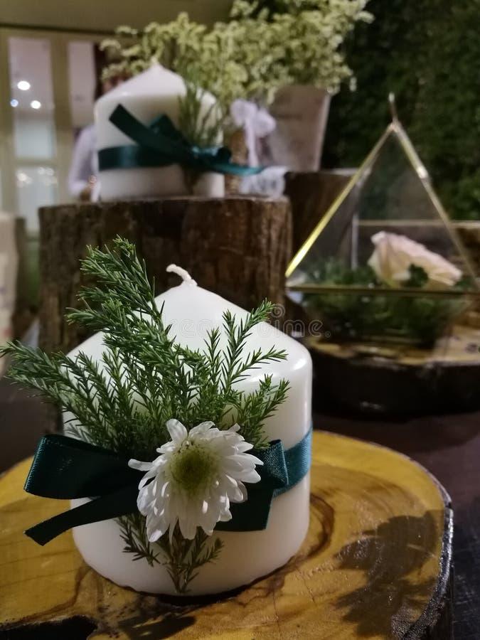 Huwelijksdecoratie, Mooie kaars en bloem die op lijst met blauwe achtergrond, valentijnskaart, Kerstmis tonen stock fotografie