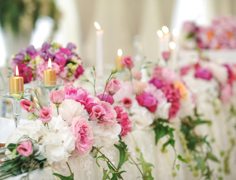 Huwelijksdecoratie op lijst Violette bloemen Bloemenregelingen en decoratie Regeling van roze en witte bloemen in restaurant voor royalty-vrije stock fotografie