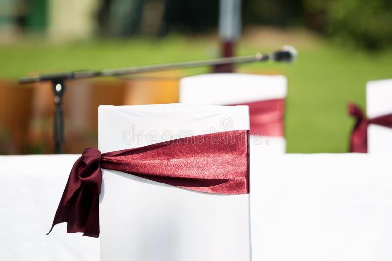 Huwelijksdecoratie, stoelen stock foto